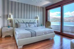Спальня 3. Черногория, Крашичи : Роскошная вилла с частным пляжем и шикарным видом на море, 4 спальни, 5 ванных комнат, джакузи, большая терраса, Wi-Fi