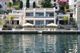 Фасад дома. Черногория, Крашичи : Роскошная вилла с частным пляжем и шикарным видом на море, 4 спальни, 5 ванных комнат, джакузи, большая терраса, Wi-Fi