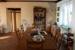 Обеденная зона. Черногория, Кримовица : Двухэтажный каменный дом с шикарным видом на море, гостиная, 5 спален, 3 ванные комнаты, место для парковки и место для барбекю