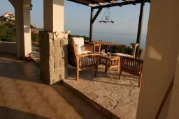 Терраса. Черногория, Кримовица : Двухэтажный каменный дом с шикарным видом на море, гостиная, 5 спален, 3 ванные комнаты, место для парковки и место для барбекю