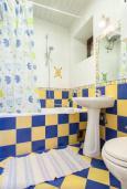 Ванная комната. Черногория, Риека Режевичи : Двухэтажный каменный дом с бассейном и видом на море, гостиная, 4 спальни, 3 ванные комнаты, место для барбекю, место для парковки, Wi-Fi