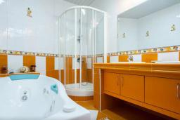 Ванная комната 2. Черногория, Риека Режевичи : Двухэтажный каменный дом с бассейном и видом на море, гостиная, 4 спальни, 3 ванные комнаты, место для барбекю, место для парковки, Wi-Fi