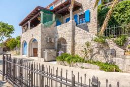 Фасад дома. Черногория, Риека Режевичи : Двухэтажный каменный дом с бассейном и видом на море, гостиная, 4 спальни, 3 ванные комнаты, место для барбекю, место для парковки, Wi-Fi