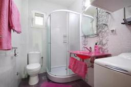 Ванная комната. Черногория, Петровац : Двухэтажная вилла с бассейном и видом на море, 2 гостиные, 4 спальни, 2 ванные комнаты, Wi-Fi