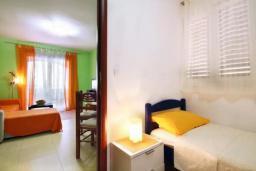 Спальня 4. Черногория, Петровац : Двухэтажная вилла с бассейном и видом на море, 2 гостиные, 4 спальни, 2 ванные комнаты, Wi-Fi