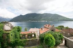 Вид на море. Черногория, Пераст : Четырехэтажный каменный дом с просторным двориком и видом на море, 2 гостиные, 2 кухни, 9 спален, 8 ванных комнат
