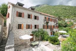 Фасад дома. Черногория, Пераст : Четырехэтажный каменный дом с просторным двориком и видом на море, 2 гостиные, 2 кухни, 9 спален, 8 ванных комнат