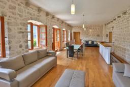 Гостиная. Черногория, Пераст : Четырехэтажный каменный дом с просторным двориком и видом на море, 2 гостиные, 2 кухни, 9 спален, 8 ванных комнат