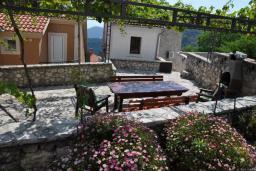 Территория. Черногория, Будва : Двухэтажная вилла с бассейном и видом на море, гостиная, 3 спальни, 2 ванные комнаты, джакузи, место для барбекю, парковка, Wi-Fi