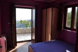 Спальня 2. Черногория, Будва : Двухэтажная вилла с бассейном и видом на море, гостиная, 3 спальни, 2 ванные комнаты, джакузи, место для барбекю, парковка, Wi-Fi