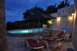 Бассейн. Черногория, Будва : Двухэтажная вилла с бассейном и видом на море, гостиная, 3 спальни, 2 ванные комнаты, джакузи, место для барбекю, парковка, Wi-Fi