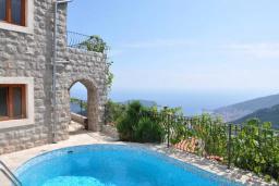 Вид на море. Черногория, Будва : Двухэтажная вилла с бассейном и видом на море, гостиная, 3 спальни, 2 ванные комнаты, джакузи, место для барбекю, парковка, Wi-Fi