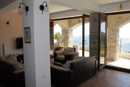 Гостиная. Черногория, Будва : Двухэтажная вилла с бассейном и видом на море, гостиная, 3 спальни, 2 ванные комнаты, джакузи, место для барбекю, парковка, Wi-Fi