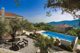Территория. Черногория, Приевор : Роскошная вилла с бассейном, садом и местом для барбекю, гостиная, 4 спальни, 3 ванные комнаты, Wi-Fi, место для парковки
