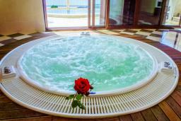 Прочее. Черногория, Пржно / Милочер : Роскошная вилла с бассейном и джакузи, гостиная, 3 спальни, 4 ванные комнаты, терраса с шикарным видом на море, парковка, Wi-Fi