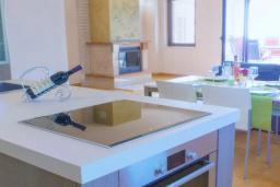 Кухня. Черногория, Пржно / Милочер : Роскошная вилла с бассейном и джакузи, гостиная, 2 спальни, 4 ванные комнаты, терраса с шикарным видом на море, парковка, Wi-Fi