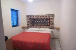 Спальня. Черногория, Тиват : Двухэтажная вилла с бассейном, гостиная, 4 спальни, 3 ванные комнаты, большая терраса, место для барбекю, Wi-Fi