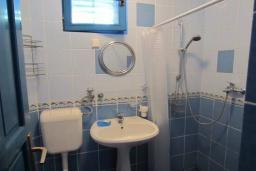 Ванная комната. Черногория, Тиват : Двухэтажная вилла с бассейном, гостиная, 4 спальни, 3 ванные комнаты, большая терраса, место для барбекю, Wi-Fi