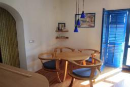 Гостиная. Черногория, Тиват : Двухэтажная вилла с бассейном, гостиная, 4 спальни, 3 ванные комнаты, большая терраса, место для барбекю, Wi-Fi