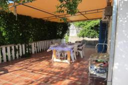 Терраса. Черногория, Тиват : Двухэтажная вилла с бассейном, гостиная, 4 спальни, 3 ванные комнаты, большая терраса, место для барбекю, Wi-Fi