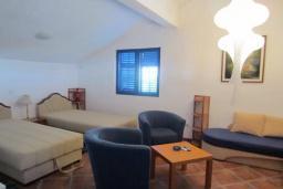 Спальня 3. Черногория, Тиват : Двухэтажная вилла с бассейном, гостиная, 4 спальни, 3 ванные комнаты, большая терраса, место для барбекю, Wi-Fi
