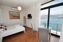 Спальня. Черногория, Обала Джурашевича : Роскошная вилла у кромки воды, большая гостиная, 4 спальни, 5 ванных комнат, терраса с шикарным видом на море, Wi-Fi