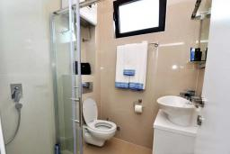 Ванная комната. Черногория, Обала Джурашевича : Роскошная вилла у кромки воды, большая гостиная, 4 спальни, 5 ванных комнат, терраса с шикарным видом на море, Wi-Fi