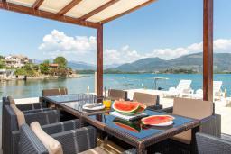 Терраса. Черногория, Обала Джурашевича : Роскошная вилла у кромки воды, большая гостиная, 4 спальни, 5 ванных комнат, терраса с шикарным видом на море, Wi-Fi