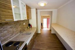 Кухня. Черногория, Добра Вода : Современная вилла с фантастическим видом на море, с 3-мя спальнями, с бассейном, уютной террасой и патио с барбекю, расположена в спокойном месте в 200 метрах от пляжа
