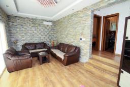 Гостиная. Черногория, Добра Вода : Современная вилла с фантастическим видом на море, с 3-мя спальнями, с бассейном, уютной террасой и патио с барбекю, расположена в спокойном месте в 200 метрах от пляжа