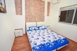 Спальня 2. Черногория, Добра Вода : Современная вилла с фантастическим видом на море, с 3-мя спальнями, с бассейном, уютной террасой и патио с барбекю, расположена в спокойном месте в 200 метрах от пляжа