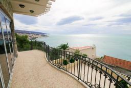 Балкон. Черногория, Добра Вода : Современная вилла с фантастическим видом на море, с 3-мя спальнями, с бассейном, уютной террасой и патио с барбекю, расположена в спокойном месте в 200 метрах от пляжа
