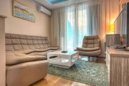 Гостиная. Черногория, Святой Стефан : Вилла с бассейном и большой террасой, гостиная, 3 спальни, 3 ванные комнаты, Wi-Fi
