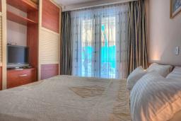 Спальня. Черногория, Святой Стефан : Вилла с бассейном и большой террасой, гостиная, 3 спальни, 3 ванные комнаты, Wi-Fi