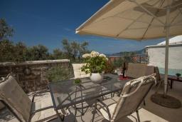 Обеденная зона. Черногория, Святой Стефан : Вилла с бассейном и большой террасой, гостиная, 3 спальни, 3 ванные комнаты, Wi-Fi