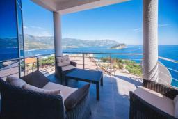 Балкон. Черногория, Будва : Апартамент с гостиной, двумя спальнями, двумя ванными комнатами, 4 балкона с шикарным видом на море