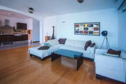 Гостиная. Черногория, Будва : Апартамент с гостиной, двумя спальнями, двумя ванными комнатами, 4 балкона с шикарным видом на море
