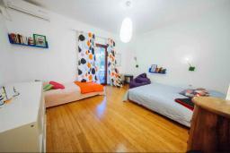 Спальня. Черногория, Будва : Апартамент с гостиной, двумя спальнями, двумя ванными комнатами, 4 балкона с шикарным видом на море