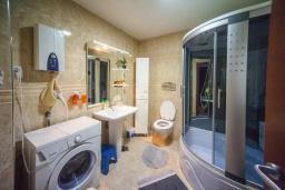 Ванная комната. Черногория, Будва : Апартамент с гостиной, двумя спальнями, двумя ванными комнатами, 4 балкона с шикарным видом на море
