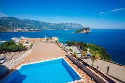 Вид на море. Черногория, Будва : Апартамент с гостиной, двумя спальнями, двумя ванными комнатами, 4 балкона с шикарным видом на море