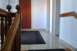 Коридор. Черногория, Добра Вода : Вилла с бассейном, кухней, двумя спальнями, ванной комнатой, местом для барбекю, местом для парковки, Wi-Fi