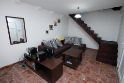 Гостиная. Черногория, Пераст : Каменный дом в 20 метрах от моря, 6 спален, 4 ванные комнаты, сад, терраса