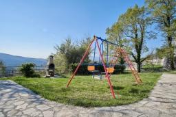 Территория. Черногория, Братешичи : Двухэтажный дом с бассейном, 2 гостиные, 4 спальни, 2 ванные комнаты, зеленый дворик, место для барбекю, Wi-Fi