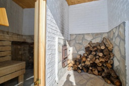 Сауна. Черногория, Братешичи : Двухэтажный дом с бассейном, 2 гостиные, 4 спальни, 2 ванные комнаты, зеленый дворик, место для барбекю, Wi-Fi