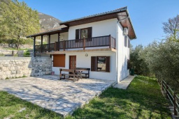 Фасад дома. Черногория, Братешичи : Двухэтажный дом с бассейном, 2 гостиные, 4 спальни, 2 ванные комнаты, зеленый дворик, место для барбекю, Wi-Fi