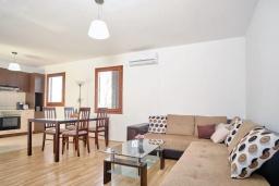 Гостиная. Черногория, Братешичи : Двухэтажный дом с бассейном, 2 гостиные, 4 спальни, 2 ванные комнаты, зеленый дворик, место для барбекю, Wi-Fi