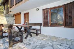 Терраса. Черногория, Братешичи : Двухэтажный дом с бассейном, 2 гостиные, 4 спальни, 2 ванные комнаты, зеленый дворик, место для барбекю, Wi-Fi