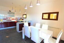 Кухня. Черногория, Братешичи : Двухэтажный дом с бассейном, гостиная, кухня-столовая 3 спальни, 2 ванные комнаты, дворик, место для барбекю, Wi-Fi