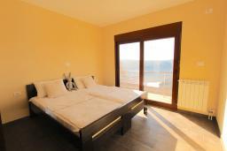Спальня. Черногория, Братешичи : Двухэтажный дом с бассейном, гостиная, кухня-столовая 3 спальни, 2 ванные комнаты, дворик, место для барбекю, Wi-Fi
