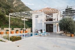 Фасад дома. Черногория, Братешичи : Двухэтажный дом с бассейном, гостиная, кухня-столовая 3 спальни, 2 ванные комнаты, дворик, место для барбекю, Wi-Fi